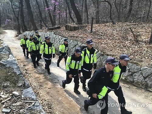 Hơn 1.000 cảnh sát được huy động tìm ông Sung... Ảnh: Yonhap