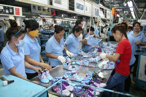 Gia công giày xuất khẩu tại Công ty TNHH Việt Nam Samho (huyện Củ Chi, TP HCM)Ảnh: Vĩnh Tùng