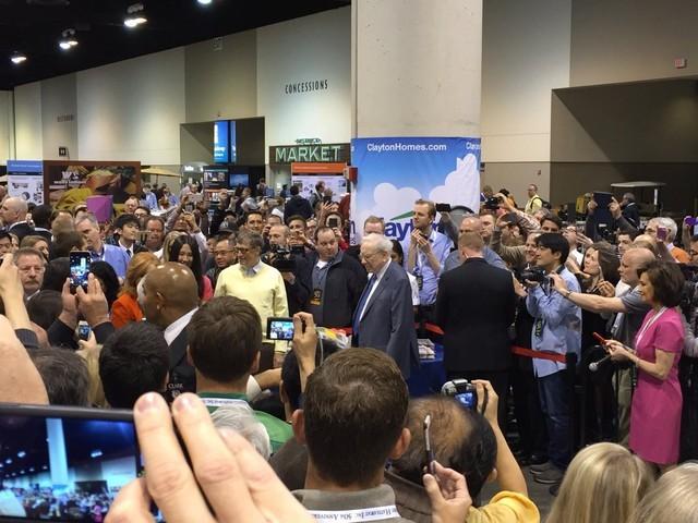 Buffett xuất hiện cùng với Bill Gates