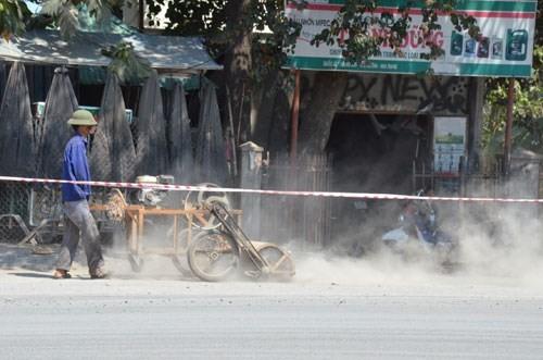 Chiếc máy thổi bụi hoạt động trước cửa hàng sửa xe máy đang mở cửa