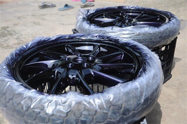 Sơn vành sport cũng là một kiểu độ xe nhẹ nhàng khiến chiếc xe trông thể thao, bắt mắt hơn. Được biết, sơn một cặp vành với chất liệu sơn tốt tại Hà Nội, dao động trong khoảng 700 đến 1 triệu đồng
