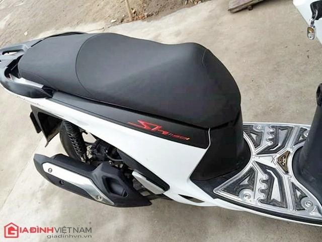 SH Việt lắp thêm nẹp hông, tạo điểm nhấn tương phản màu sắc. Nếu nhìn từ xa, chiếc xe này khá giống SH nhập Sport đời 2010