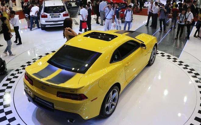 Chevrolet Camaro RS được một khách hàng tại Tp.HCM đặt mua là phiên bản 2014. Phiên bản này cũng đã từng được GM đem về giới thiệu tại triển lãm Vietnam Motor Show 2014. Tuy nhiên, tại thời điểm đó, đại diện hãng xe Mỹ cho biết chưa hề có kế hoạch nhập khẩu chính hãng Chevrolet Camaro do nhu cầu thực tế đối với dòng xe này là không đáng kể. Ảnh: Đức Thọ.<br>