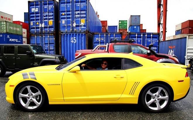 Thiết kế không quá hầm hố và phức tạp song Camaro RS lại có sức hấp dẫn nhờ những đường nét giản dị thể hiện sức mạnh cơ bắp đậm chất Mỹ. Đó cũng chính là một trong những ý do giúp Camaro trở thành dòng xe huyền thoại của General Motors và luôn có hấp lực kỳ lạ đối với những tín đồ xe thể thao. Ảnh: otosaigon.com.<br><br>Camaro có ngoại thất rất đặc trưng và thường không thay đổi quá nhiều qua từng phiên bản. Sức hút mạnh mẽ ở phiên bản 2014 nhờ cặp đèn pha HID thiết kế nhỏ gọn và sắc sảo hơn, cụm đèn hậu cũng được cải tiến, lưới tản nhiệt mới hẹp hơn so với thế hệ trước đó. Ảnh: otosaigon.com.