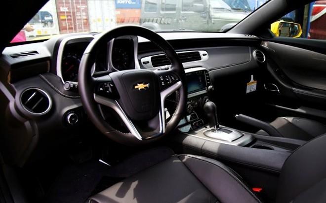 Không gian nội thất của Camaro RS 2014 tập trung chủ yếu cho người lái với vô-lăng thể thao 3 chấu, cụm đồng hồ hiển thị đầy đủ thông tin, 4 màn hành cũng phục vụ cho người lái được bố trí dưới bảng điều khiển trung tâm. Xe trang bị cửa sổ trời, điều hoà chỉnh tay và gương chiếu hậu chỉnh điện. Ảnh: otosaigon.com.