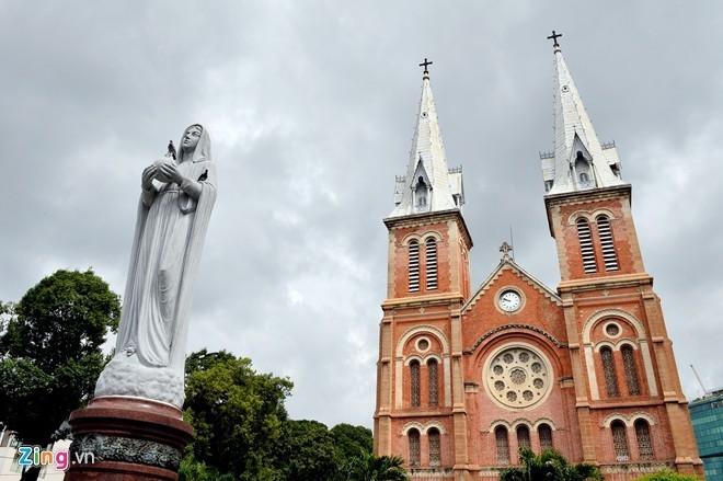 2. Nhà thờ Đức Bà hay còn gọi là Vương cung Thánh đường Chính tòa Đức Mẹ Vô nhiễm Nguyên tội được xây dựng từ năm 1877-1880 do kiến trúc sư người Pháp Bonard thiết kế, mô phỏng nhà thờ Notre Dame Paris, nhưng nhỏ hơn. Theo nhiều tài liệu, đây là một trong những nhà thờ đẹp nhất được thực dân Pháp xây ở các nước thuộc địa.