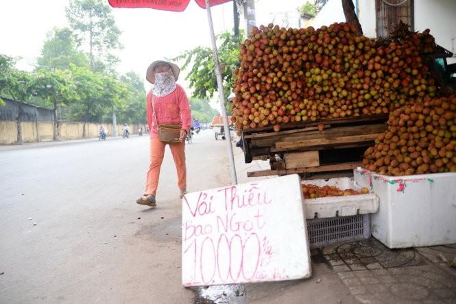 Vải không rao nguồn gốc chất đống bán trên đường Nguyễn Thái Sơn, Q.Gò Vấp, TP.HCM với giá 10.000 đồng/nửa kg. Ảnh: Hữu Khoa