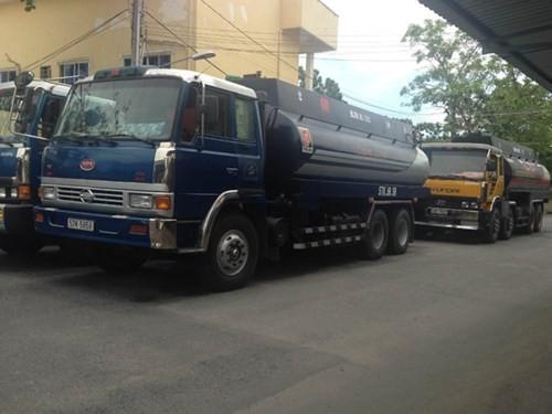 Các xe bồn chở dầu bị bắt giữ