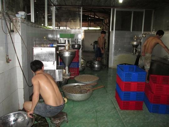 Nhân viên ở trần, mặc quần đùi chế biến bò viên trong điều kiện cơ sở dơ bẩn, nhớp nháp.