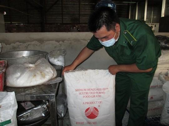 4. Cơ sở sử dụng chất bảo quản có tên Sodium Benzoate do Trung Quốc sản xuất để chống mốc cho bò viên. Đây là chất cấm dùng trong thực phẩm chế biến sử dụng nguyên liệu thịt. Cơ sở sử dụng chất bảo quản có tên Sodium Benzoate do Trung Quốc sản xuất để chống mốc cho bò viên. Đây là chất cấm dùng trong thực phẩm chế biến sử dụng nguyên liệu thịt.