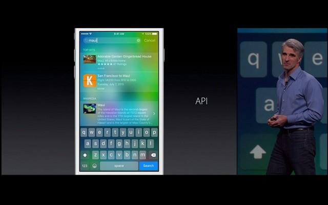 Craig Federighi, phó chủ tịch chuyên trách mảng phần mềm của Apple, đang giới thiệu cách mà công cụ Spotlight truy xuất kết quả từ các phần mềm từ hãng thứ 3.