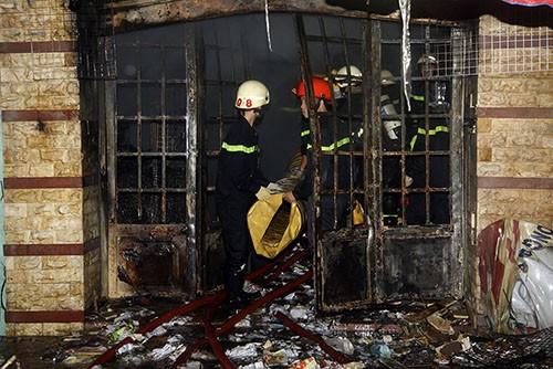 Cảnh sát cứu hỏa tích cực dập đám cháy trong cửa hàng văn phòng phẩm. Ảnh: An Nhơn