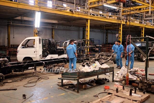 Nhóm thợ lâu năm vẫn tiếp tục bám trụ sản xuất xe tải truyền thống của Vinaxuki.