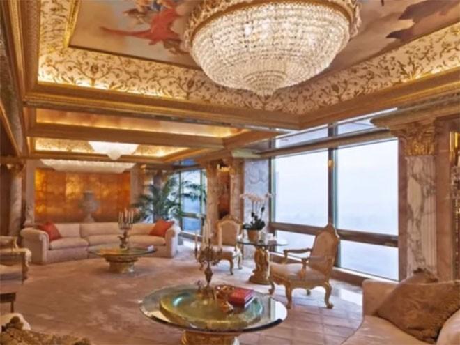 Căn hộ penthouse của Trump ở Trump Tower có một cánh cử dát vàng và kim cương, đài phun nước trong nhà, trần nhà vẽ tinh xảo, và một ngọn đèn chùm tinh xảo.