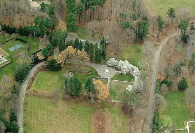 Năm 1995, Trump lại mua thêm một dinh thự có tên Seven Springs nằm trên diện tích đất gần 87 hectare ở Bedford, bang New York. Tòa dinh thự bằng đá và kính rộng hơn 3.600 m2 là nơi gia đình Trump ghé tới mỗi khi cần nghỉ ngơi.