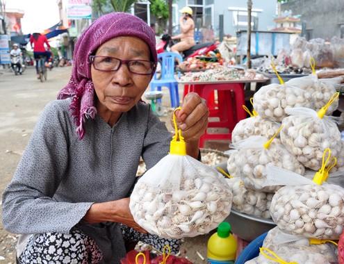 Sau khi phơi khô, người dân cho tỏi cô đơn vào túi lưới để bán cho du khách khi đến tham quan ở huyện đảo Lý Sơn. Ảnh:Trí Tín- Vnexpress.