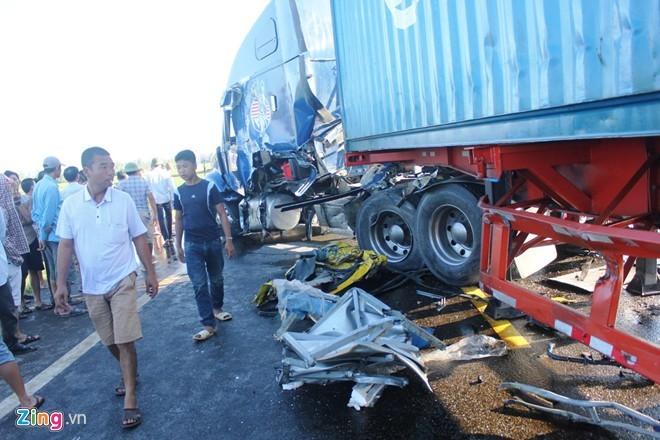 Xe container bị hư hỏng từ đầu đến thân ở phía bên trái, Nhiều phần của xe tải còn dính chặt vào thân xe container.