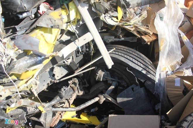 Lốp trước bên trái của xe tải cũng bị nổ. Nhiều tấn nông sản đỏ tràn ra đường.