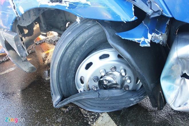 Lốp xe cotnainer bị nổ, vành xe biến dạng hoàn toàn.