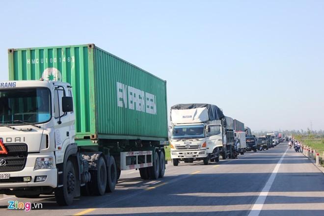 Vụ tai nạn cũng khiến quốc lộ 1A qua khu vực này bị tê liệt, ách tắc kéo dài 3 km. Nhân tin báo, CSGT huyện Nghi Lộc có mặt để điều tiết, phân luồng giao thông, điều tra nguyên nhân. Đến 8h cùng ngày, hiện trường tai nạn mới được giải quyết xong, các phương tiện lưu thông trở lại bình thường.