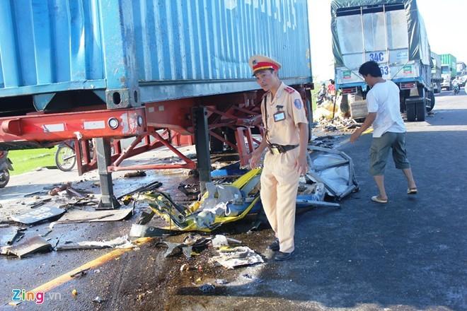 Theo nhận định của CSGT, nguyên nhân xảy ra vụ tai nạn là do tài xế xe tải ngủ gật, chạy lấn đường nên đâm vào xe container.