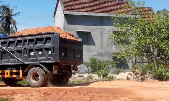 Những xe tải ben chở đầy đất nhưng không được che chắn Ảnh: Bình Quang