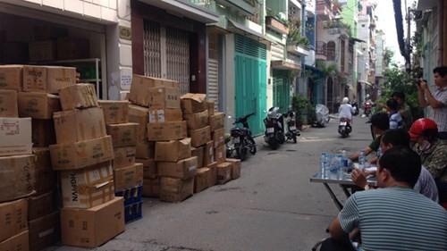 Thu giữ hàng trăm thùng mỹ phẩm giả, nhái - ảnh 1