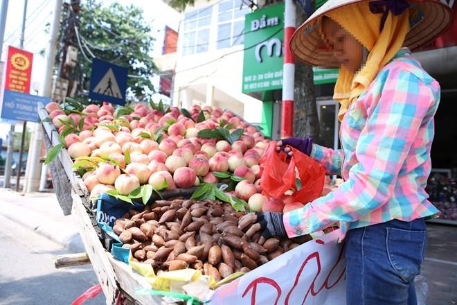 Bán mây Thái, hàng rong Hà Nội hét giá gấp đôi