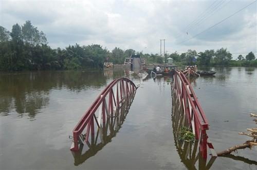 Sà lan đâm sập cây cầu dài hơn 100m vào rạng sáng - ảnh 13