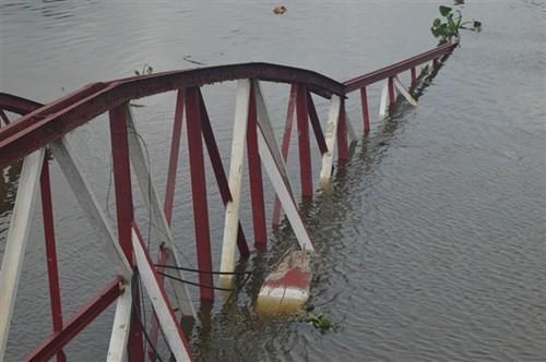 Sà lan đâm sập cây cầu dài hơn 100m vào rạng sáng - ảnh 3