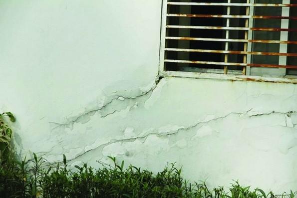 Nhiều vết nứt kéo dài tại một công trình ở Phú Mỹ Hưng do nhà thầu CSCEC xây dựng.
