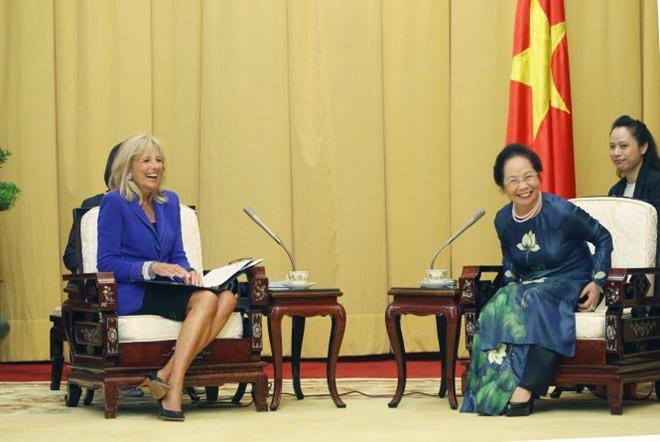 Bà Biden trò chuyện vui vẻ với Phó chủ tịch nước Nguyễn Thị Doan trong cuộc kiến bàn về các vấn đề phụ nữ và hệ thống giáo dục đại học của Việt Nam. Ảnh: NGUYỄN KHÁNH