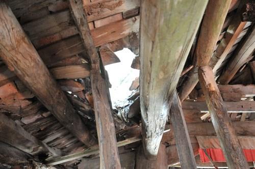 Mái ngói cổ bị rơi vỡ, để lại mảng thủng lớn