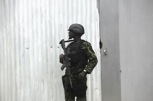 Một binh sĩ đứng gác bên ngoài khách sạn nơi ông Obama cư ngụ tại Nairobi - Ảnh: Reuters