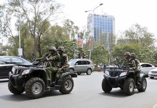 Cảnh sát Kenya ngồi xe đặc chủng tuần tra trên một tuyến đường chính tại thủ đô Nairobi - Ảnh: Reuters