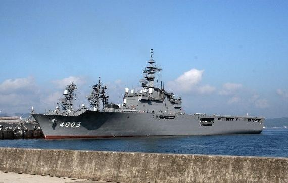 """12 日本""""大隅""""级船坞登陆舰."""