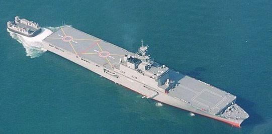 """13""""大隅""""级虽然采用全通甲板,然而事实上只有两个直升机起降点,且没有机库,故不能长期随舰部署直升机"""