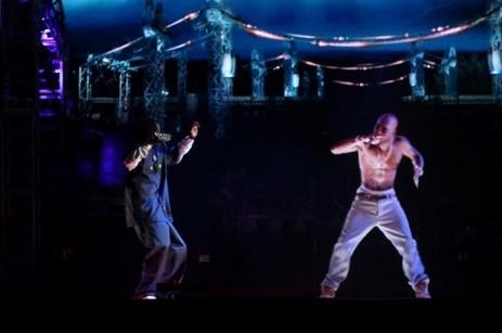 Snoop Dogg đứng trên sân khấu biểu diễn cùng cố ca sĩ Tupac Shaku thông qua công nghệ Hologram
