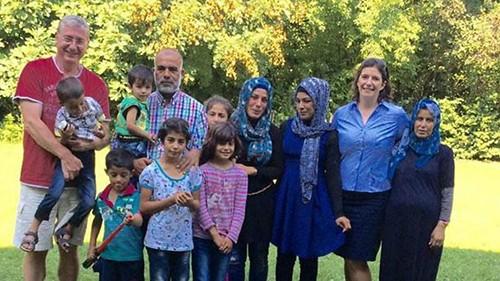 Vợ chồng ông Gyurcsany và những người tị nạn. Ảnh: BBC