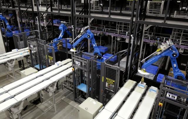 Robot công nghiệp đang phân loại mặt hàng tại trung tâm phân phối Kuki, Nhật Bản.