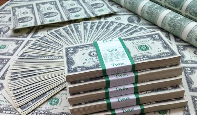 Tuổi thọ của tiền Mỹ tùy thuộc vào thói quen tiêu dùng của người dân. Những đồng 5 USD được sử dụng thường xuyê trong lưu thông, còn đồng 100 USD chủ yếu để tiết kiệm, lưu trữ. Thoe thống kê, tờ 10 USD có tủoi thọ thấp nhất, chỉ 4,5 năm; tiếp theo là 5 USD (5,5 năm), 1 USD (5,8 năm). Đồng 20 USD có thể được sử dụng liên tục trong 7,9 năm, đồng 50 USD là 8,5 năm. Riêng những tờ tiền mệnh giá 100 USD có thể sử dụng trong 15 năm mới bị tiêu hủy. Trong khi đó, đồng 2 USD không lưu hành rộng rãi nên FED không công bố tuổi thọ ước tính. Ảnh: BI.