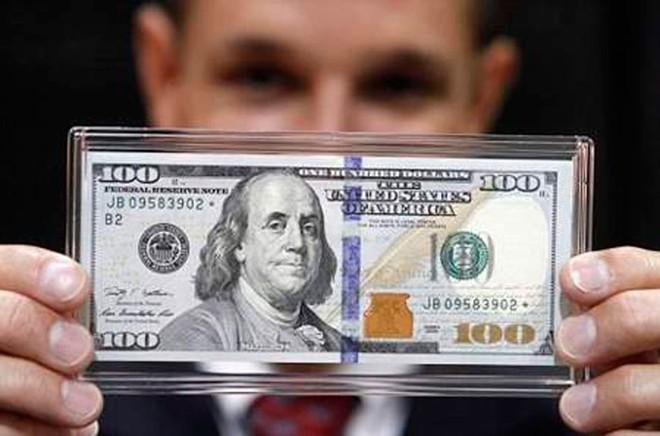 Ngày 8/3/2013, Chính phủ Mỹ đã cho in 3,5 tỷ USD tiền 100 USD mới và đưa vào sử dụng, nhưng những tờ kiểu cũ vẫn tiếp tục có giá trị. Phiên bản mới của tờ 100 USD này vẫn giữ các đặc điểm truyền thống như in trên giấy cotton, mặt trước in ảnh chân dung cố Tổng thống Benjamin Franklin và phía sau là hình tòa nhà Độc lập Philadelphia. Tuy nhiên, thiết kế mới sử dụng hình ảnh mặt sau tòa nhà thay vì mặt trước như trong các phiên bản cũ. Tờ 100 USD mới có các dấu hiệu nhận biết an ninh nổi bật là: dải băng 3D, lọ mực có in hình chiếc chuông tự do và số 100 ở góc tờ tiền. Ảnh: NYT.