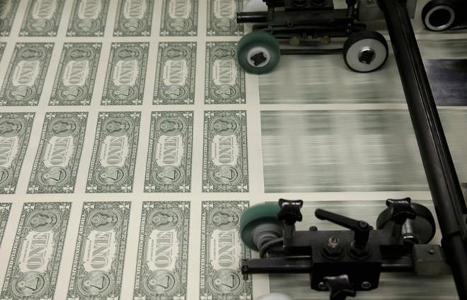 Lượng tiền đặt in mỗi năm sẽ được xác định dựa vào nhu cầu của nền kinh tế, lượng thay thế tiền cũ nát, không còn khả năng lưu hành và các yếu tố khác (như quản lý tiền tồn kho hoặc phát hành phiên bản mới). Riêng trong năm 2015, 85% lượng in mới dùng để thay thế tiền cũ tiêu hủy, chỉ có 15% là đáp ứng nhu cầu của nền kinh tế. Ảnh: CNN.
