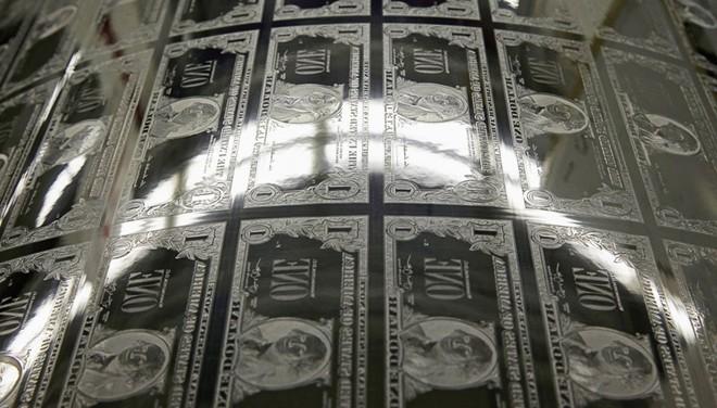 Chi phí in đồng 100 USD là 12,3 cent; tờ 5 USD có chi phí in ấn là 10,9 cent, trong khi đồng 10, 20 và 50 USD chỉ là 10,3-10,5 cent. Tiền 1 USD và 2 USD có chi phí khoảng 4,9 cent. Theo dự toán, nước Mỹ sẽ in ấn khoảng 1.380 tỷ USD, trong đó hơn 1.330 tỷ USD là tiền giấy. Ảnh: BI.