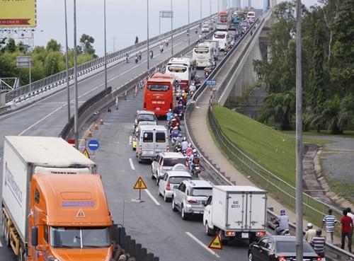 Làm đường dẫn lên cầu Mỹ Thuận chỉ cho 1 làn xe di chuyển nên gây ùn tắc nghiêm trọng
