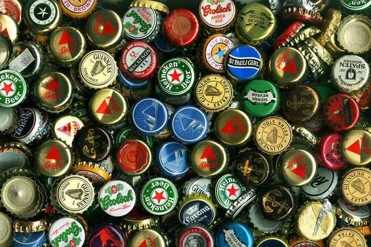 Nắp vỏ chai ở Cameroon Một nhà máy bia tại nước Cộng Hòa Cameroon ở Châu Phi vào năm 2005 đã in giải thưởng dưới nắp chai bia như một cách thức quảng cáo sản phẩm. Rất nhiều đối thủ cạnh tranh của nhà máy này cũng bắt trước làm theo, nhiều đến mức mà khi mua một lon bia, chắc chắn bạn sẽ có được một giải thưởng nào đó, từ một lon bia khác cho tới một chiếc ôtô thể thao. Sau đó, người dân bắt đầu sử dụng nắp chai để thanh toán tiền vé taxi. Lái xe taxi sử dụng chúng để hối lộ cảnh sát giao thông. Và không lâu sau đó, những náp chai này đã trở thành một phần nhỏ của nền kinh tế địa phương.