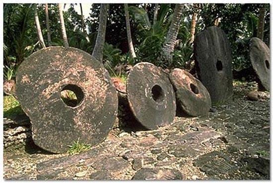 Đá Rai Đây là một loại tiền tệ rất đặc biệt vì không chiếc túi nào đựng có thể đựng vừa chúng. Những phiến đá Rai xuất hiện chủ yếu trên đảo Yap, Micronesia, Solomon. Những đồng tiền đá vôi khổng lồ này có đường kính khoảng 3,6m, nặng khoảng 8 tấn, và một lỗ hổng ở giữa. Giá trị của những đồng tiền phụ thuộc vào kích thước và trọng lượng của chúng. Giá trị của những phiến đá Rai còn phụ thuộc vào giá trị lịch sử của từng viên đá, trong đó bao gồm cả số lượng người thiệt mạng và bị thương trong quá trình vận chuyển chúng. Thậm chí, khi loại tiền này bị rơi xuống biến, chúng vẫn giữ nguyên giá trị, vẫn được dùng để trao đổi theo hình thức.