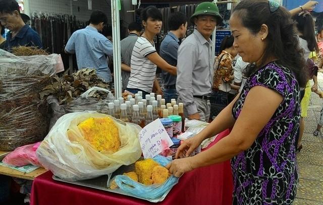 Mật ong hóa đá hiện có giá bán 800.000 đồng mỗi kg ở Hà Nội. Ảnh: Diệp Sa.