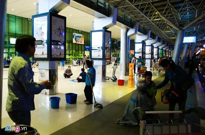 Sân bay Tân Sơn Nhất bị dột do mưa quá to