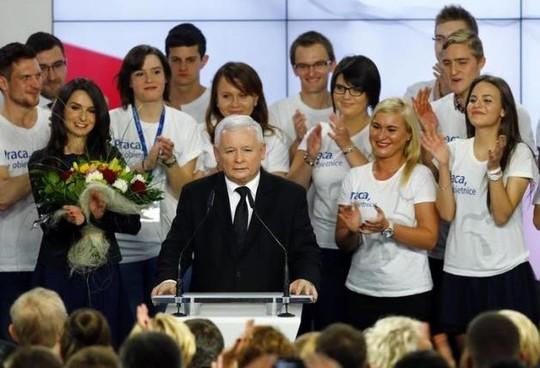 Ông Kaczynski phát biểu trước những người ủng hộ hôm 25-10. Ảnh: Reuters